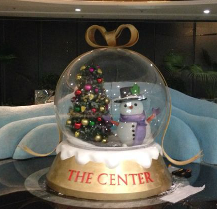 The center Xmas crystal snow ball